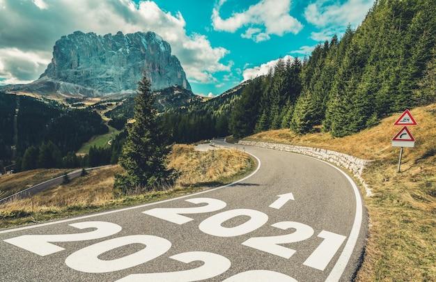 Naturlandschaft mit autobahnstraße, die vorwärts zur glücklichen neuen jahreszeit feiert