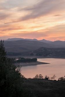 Naturlandschaft mit sonnenaufgang und fluss