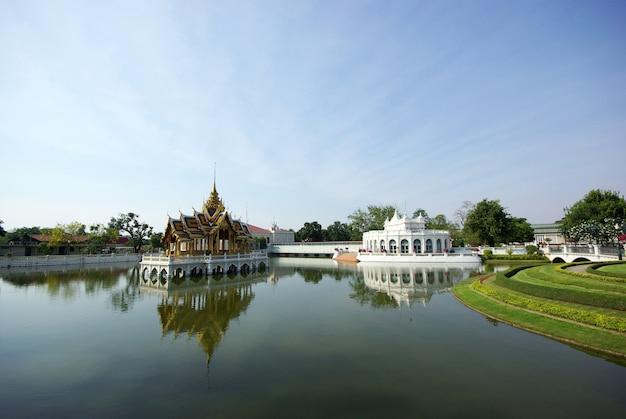Naturlandschaft mit thailändischem palast