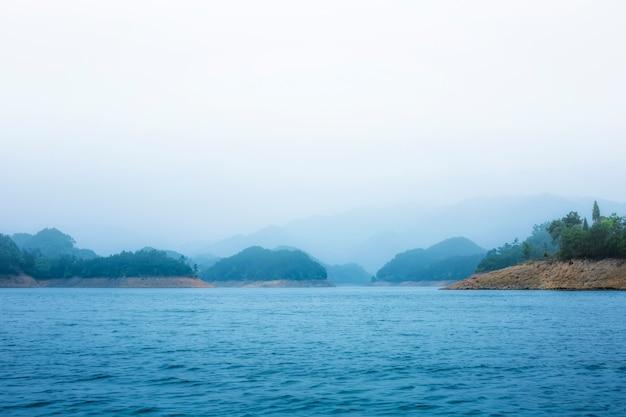Naturlandschaft und seelandschaft des qiandao-sees in hangzhou