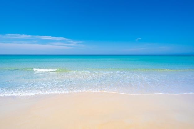 Naturlandschaftsansicht des schönen tropischen strandes und des meeres im sonnigen tag strandseeraum