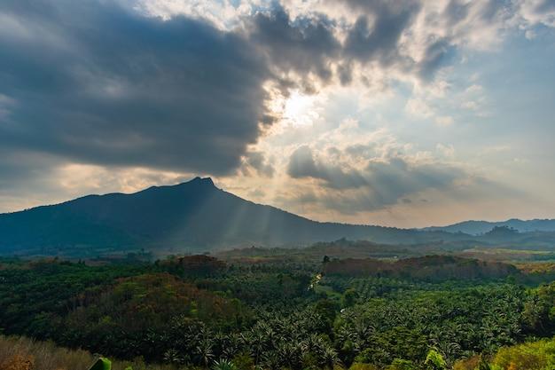 Naturlandschaftsberg und wolken im sonnenlichthimmel