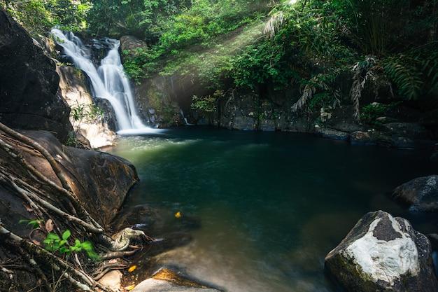 Naturlandschaftswaldwasserfälle khlong pla kang