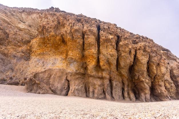 Naturmauern des playa de los muertos im naturpark cabo de gata, nijar, andalusien. spanien