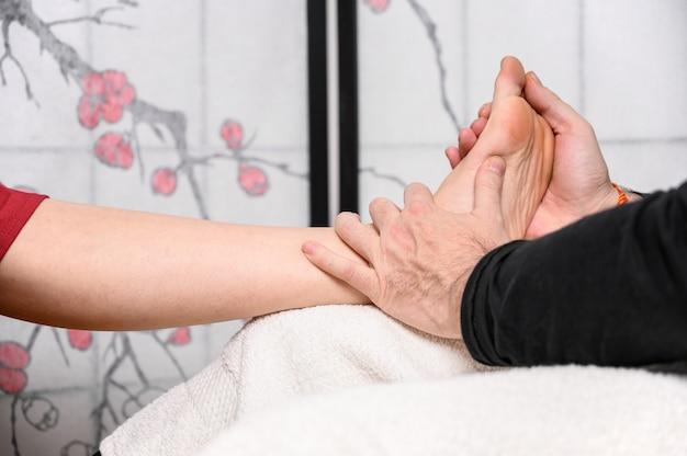 Naturmedizin, reflexzonenmassage akupressur fußmassage.