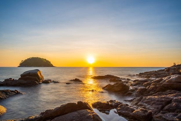 Naturmeer sonnenuntergang am strand.