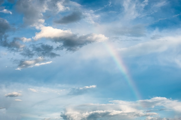 Naturphänomen des regenbogenbogens mit wolken im himmel