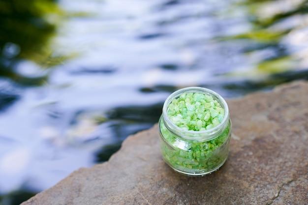 Naturprodukt des seesalzes auf wasser mit kopienraum