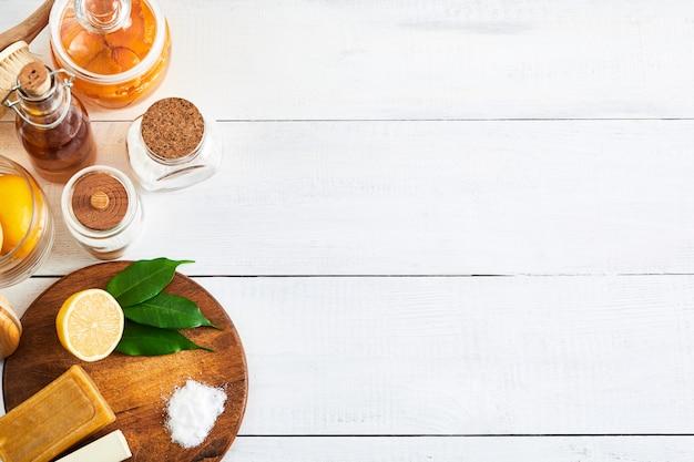 Naturprodukte für umweltfreundliche haushaltsreiniger seife, salz, zitrone, essig, backpulver, flach liegen mit kopierraum. null-abfall-konzept.