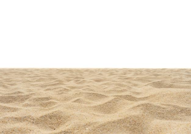 Natursandstrandbeschaffenheit in der sommersonne isoliert auf weißer sandtextur in der natur natur und reisen