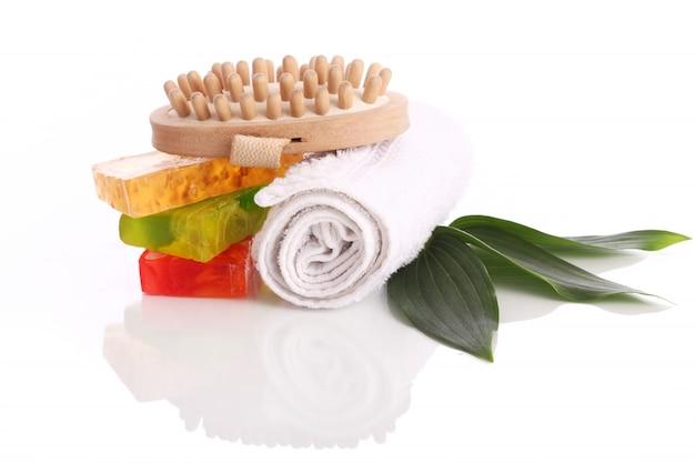 Naturseife mit weißem handtuch und pinsel