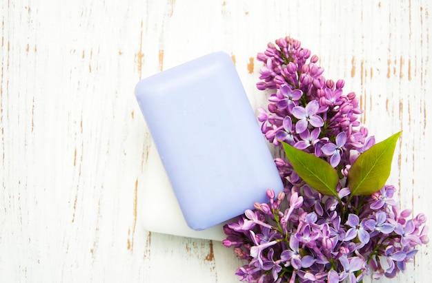 Naturseife und lila blüten