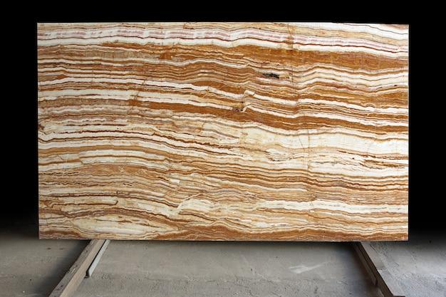 Naturstein aus italien mit hellen weißen und roten streifen heißt onice tiger.