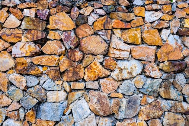 Naturstein und stein für dekorativen zaun und fügen mehr stärke hinzu.