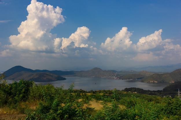 Naturszene von srinagarind dam mit bewölktem himmel