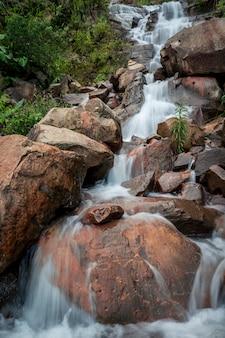Naturwasserfall in der regenzeit