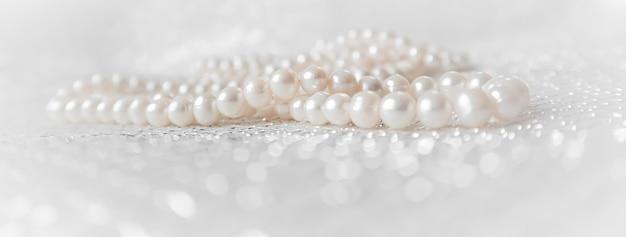 Naturweiße perlen auf funkelnden hintergrund