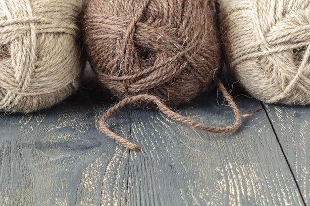Naturwolle zum stricken auf dem tisch