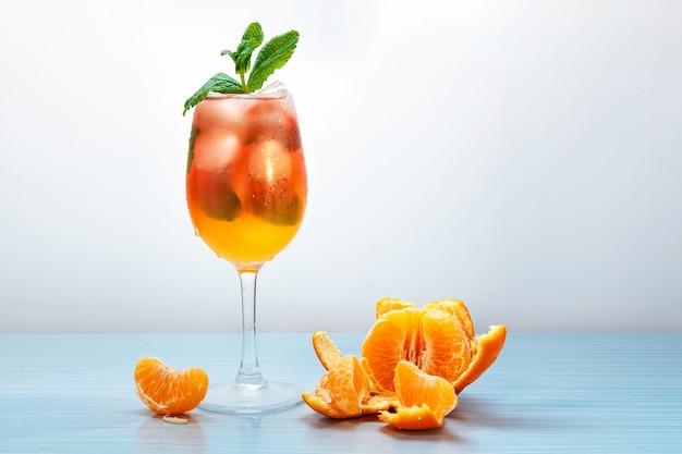 Natyutmort - frischer mandarinensaft mit eis in einem glas.