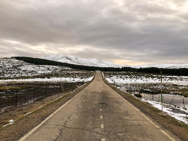 Navacerrada ist eine spanische gemeinde und stadt in der gemeinschaft von madrid auf einer höhe von 1200 m
