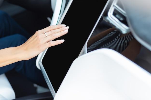 Navigationsgerät im auto. draufsicht der geschäftsfrau mit navigator im auto während der fahrt zur arbeit in