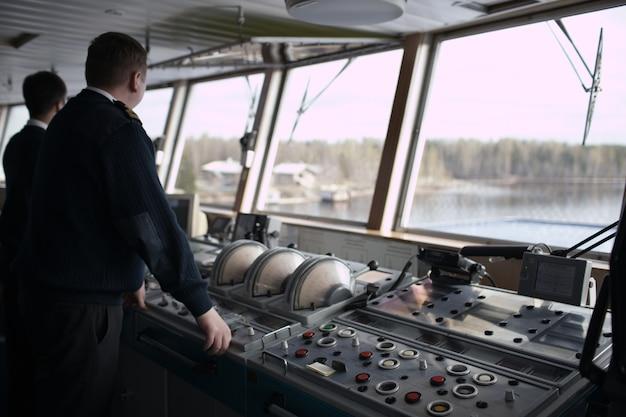 Navigationsoffizier, der kreuzfahrtschiff fährt