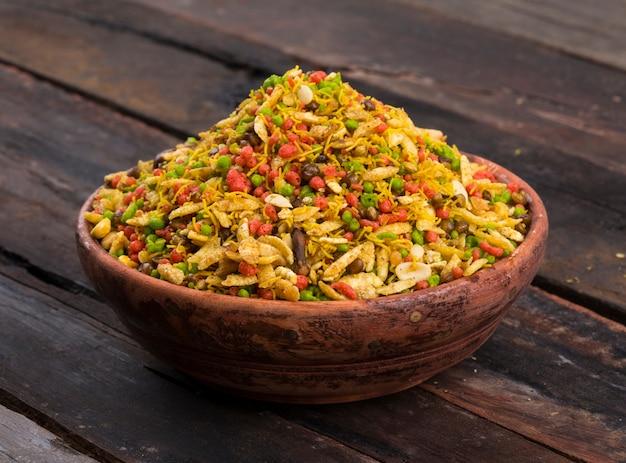 Navratan mixure namkeen, köstliche mischung aus sev, erdnüssen, kichererbsen und gebratenen linsen.