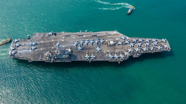 Navy nuclear aircraft carrier, kampfflugzeugflugzeug des militärischen marineschiffträgers voll, luftaufnahme.