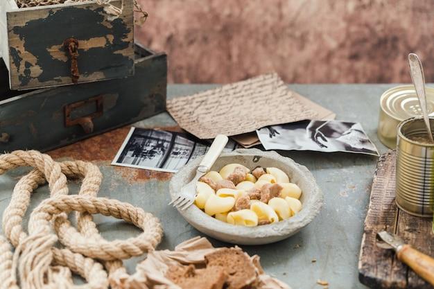 Navy pasta auf boot seil brief stillleben