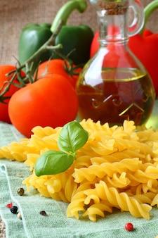 Ncooked glutenfreie fusilli-nudeln aus einer mischung von mais und reismehl