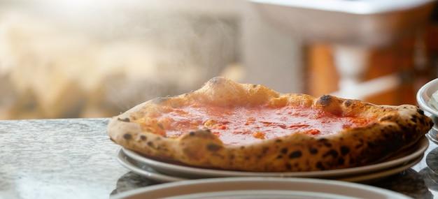 Neapolitanische pizza ohne mozzarella.