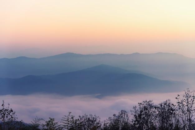 Nebel am berg. landschaft im vintage-stil