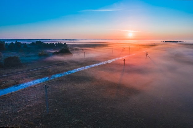Nebel am frühen morgen bei sonnenaufgang