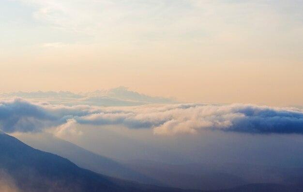 Nebel, himmel bewegen sich auf dem berg bei sonnenuntergang, sonnenaufgang, klettern, sonnenuntergang beobachten, einsamkeit mit der natur