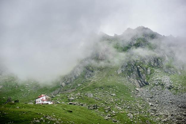 Nebel steigt zu bergen im tal von fagaras-bergen ab