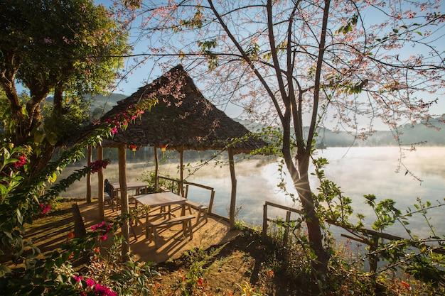 Nebelhafte morgenlichtabdeckung auf dem see an thailändischem altem dorf ban ruk, mae hong son, nord