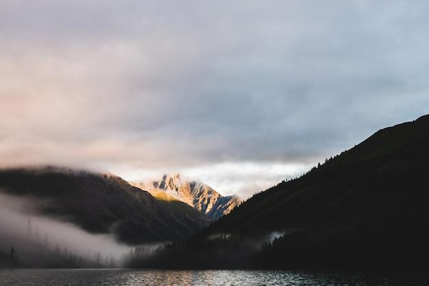 Nebelige berge und seelandschaft