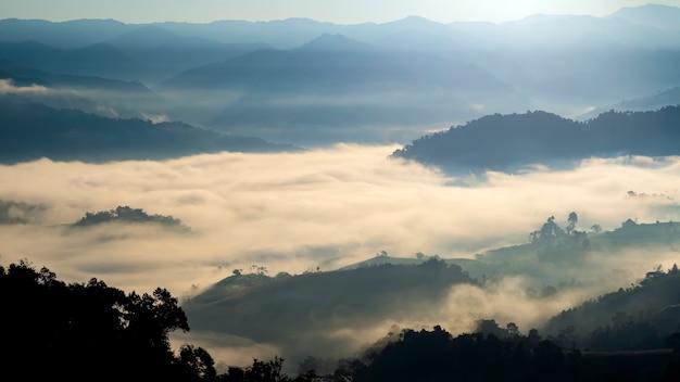 Nebelige berge wintermorgen im ländlichen thailand.