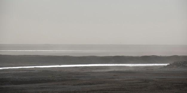 Nebelige ozean-küstenlinie, die heraus auf den horizont schaut
