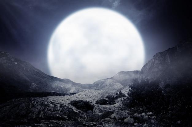 Nebeliger felsiger berg