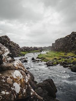 Nebeliger fluss in island