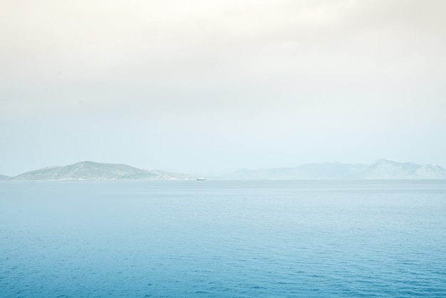 Nebeliger gebirgsnebelinseln bedeckt mit nebel, seelandschaft des ruhigen sees