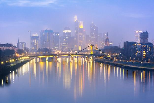Nebeliges frankfurt am main während der blauen stunde, deutschland