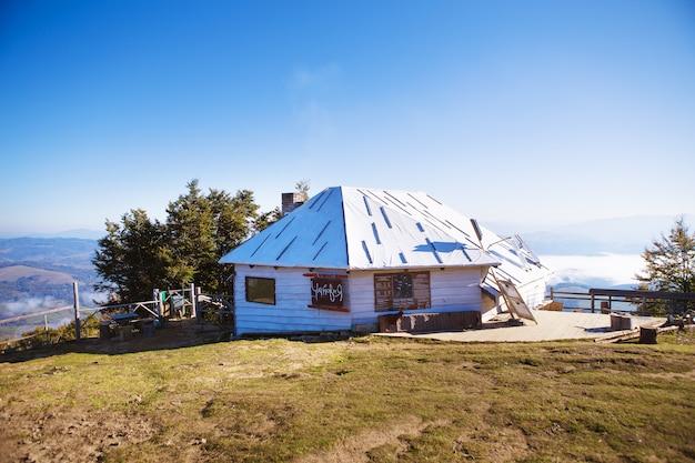 Nebeln sie über dem drahtseilbahnhaus in den bergen, pilipets-ukraine ein