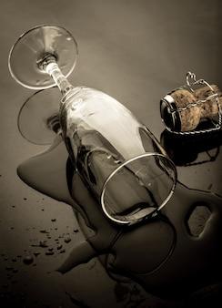 Neben korken über champagnerglas geschlagen Premium Fotos