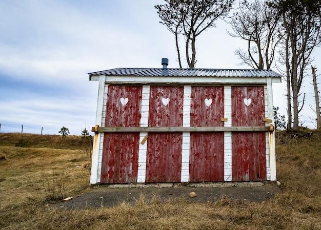 Nebengebäude toilette mit vier geschlossenen und verschlossenen türen