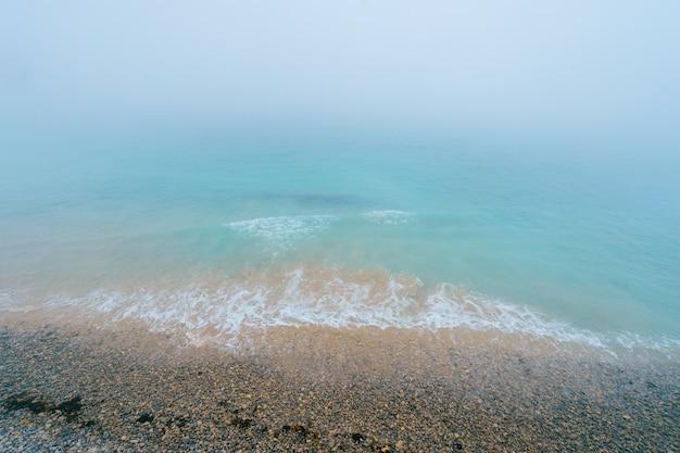 Neblige und neblige seelandschaft