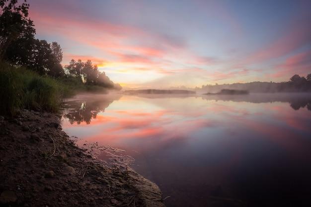 Nebliger sonnenaufgang über dem fluss, goldener stundenhimmel, nebel über dem fluss, landschaftsfotografie