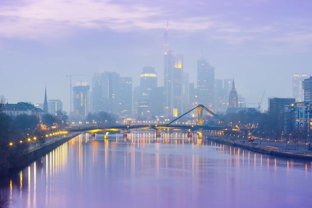 Nebliges frankfurt am main während der blauen stunde, deutschland