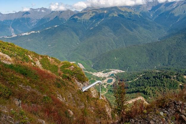 Nebliges kaukasusgebirge in sotschi